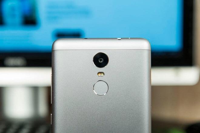 На тыльной стороне Сяоми Редми Ноут 3 Про есть сканер отпечатков пальцев